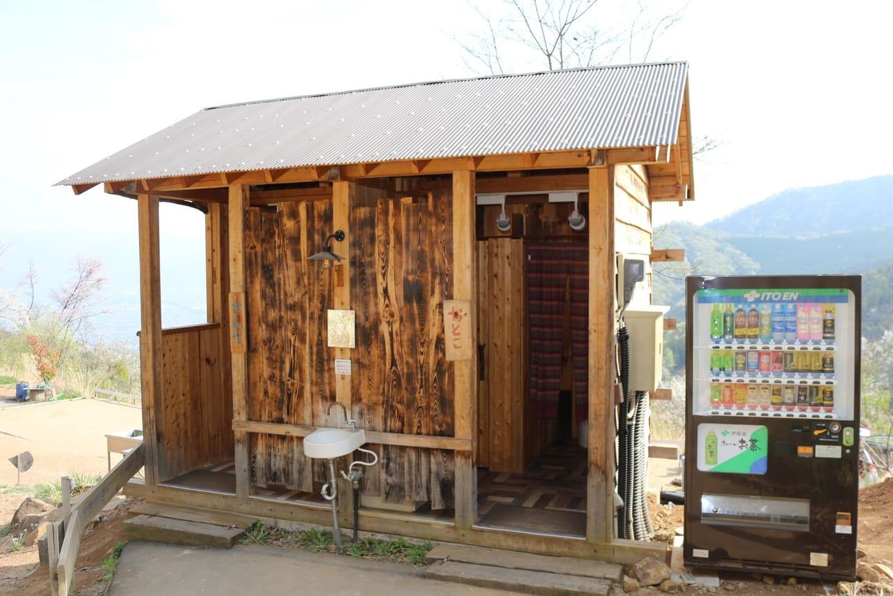 ほったらかしキャンプ場トイレ棟入り口