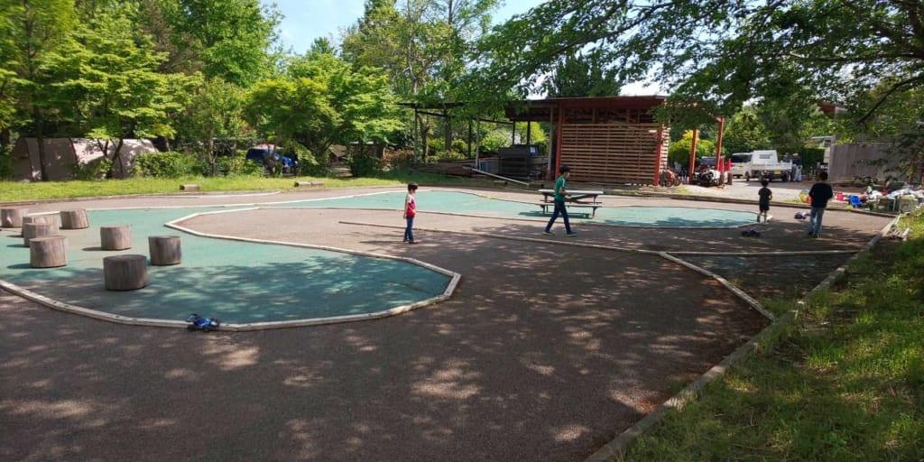 /イレブンオートキャンプパークのラジコンコースで遊ぶ子供-1024x512