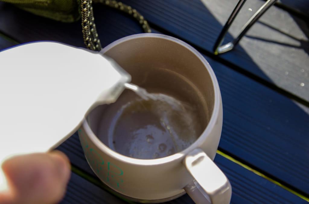 エコクリーナーを吹きかけて、ティッシュで拭き取ります。