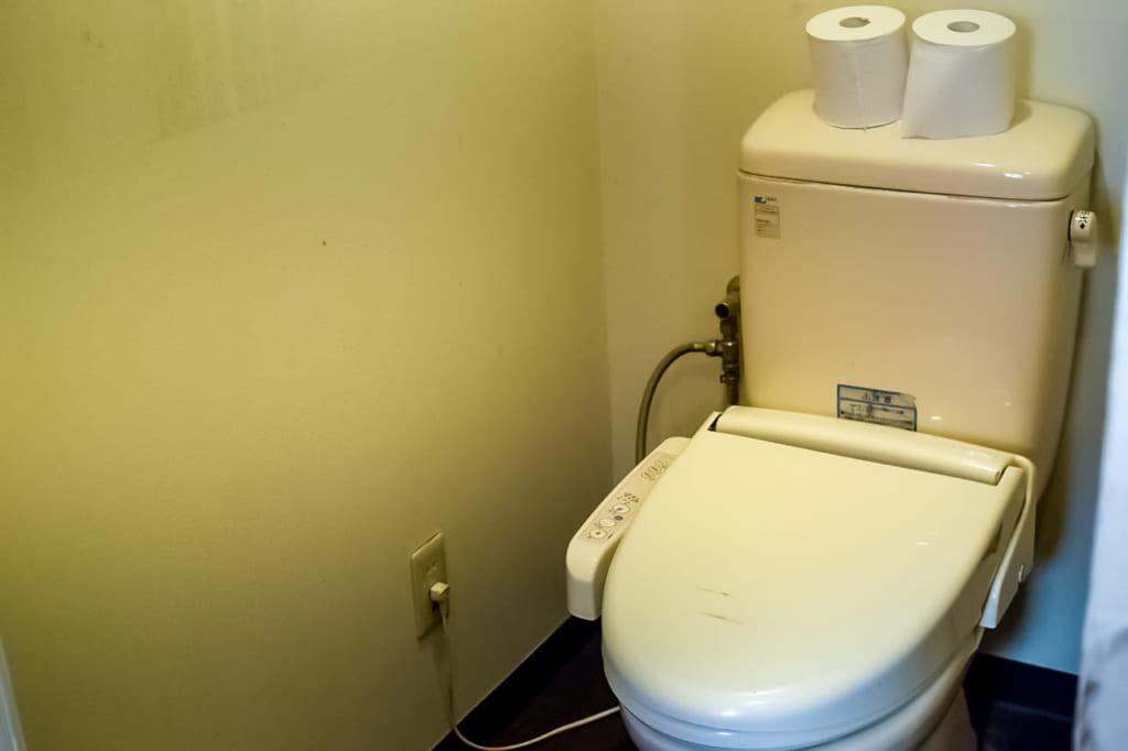 /オートキャンプ場のウォッシュレット付きトイレ-1024x682