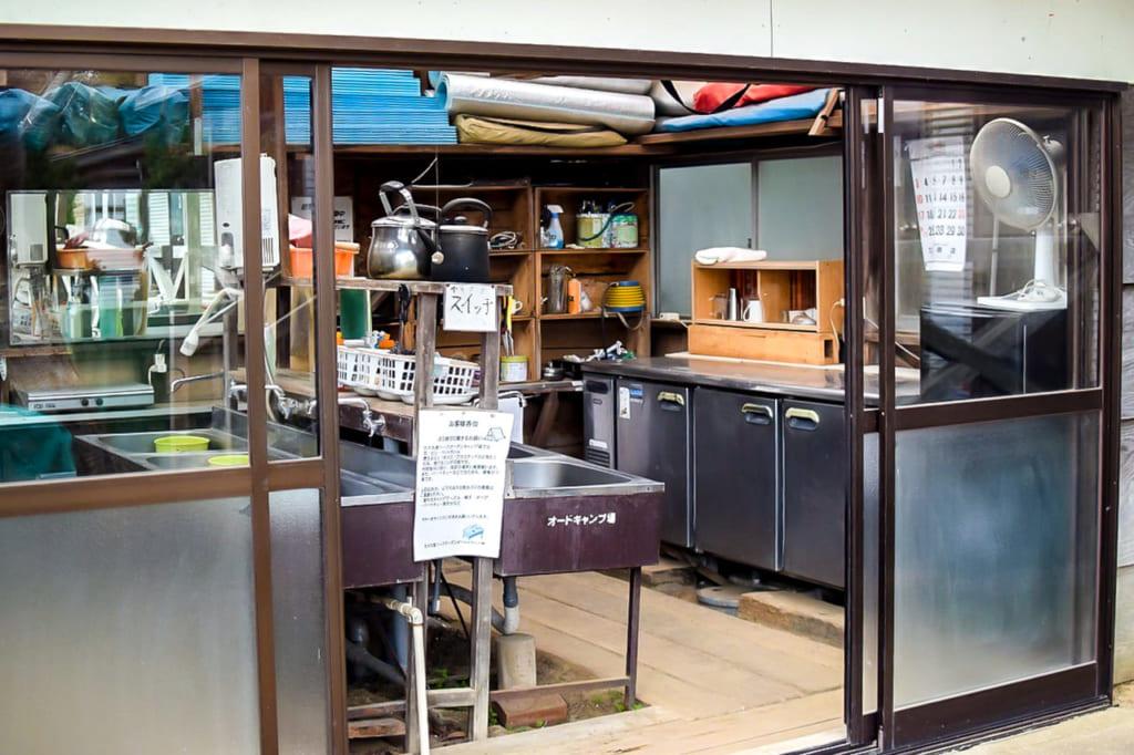 /オートキャンプ場の炊事棟-1024x682