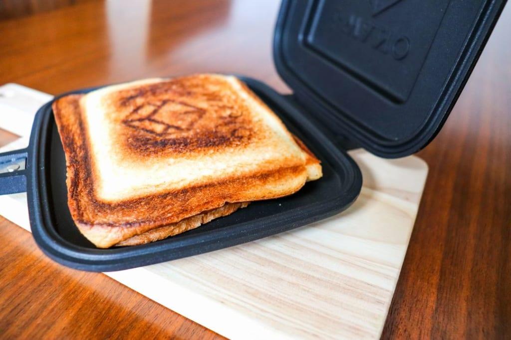 /カリカリに焼けたパンの耳-1024x683