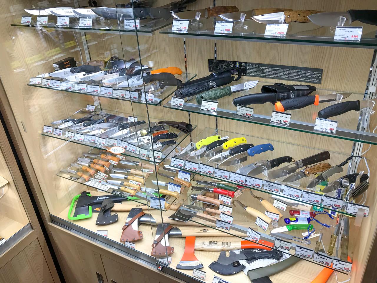 /ガラス棚の中に展示された様々なナイフ