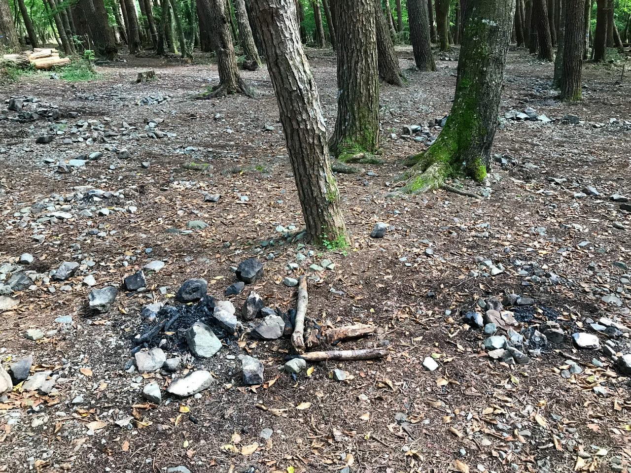 /キャンプ場のマナー低下で残された直火跡
