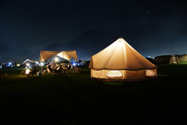 /キャンプ場の夜の景色