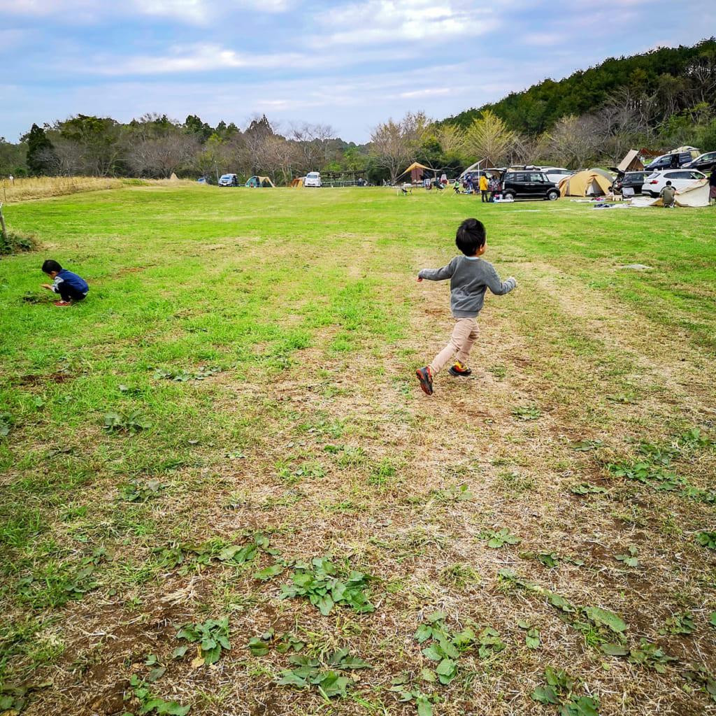 /キャンプ場を走り回る子供-1024x1024