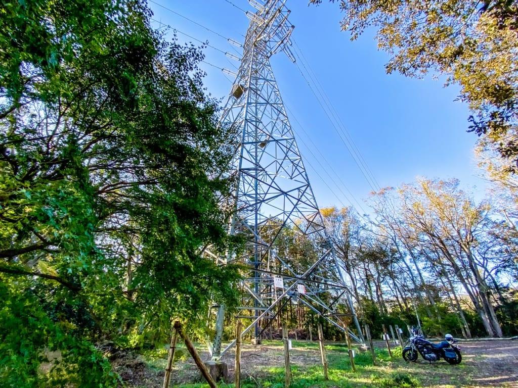 /キャンプ場内に建っている鉄塔-1024x768