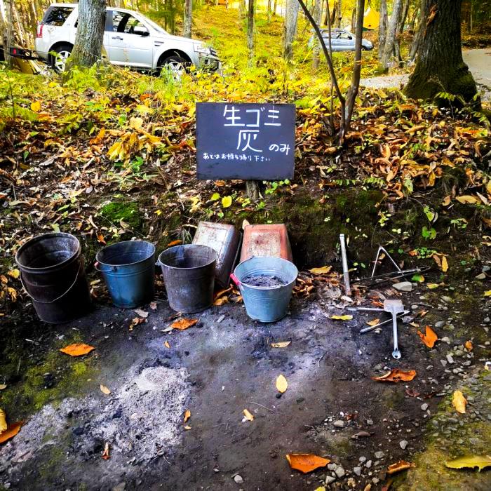 /キャンプ場内のゴミ捨て場-1