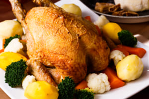 クリスマスパーティの鶏の丸焼き
