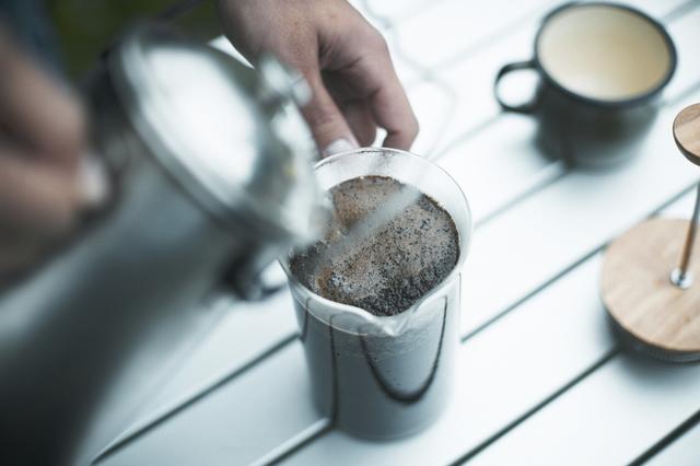 /コーヒーを淹れる男性
