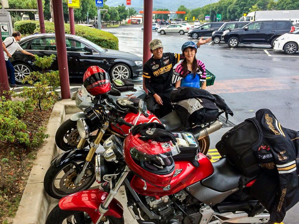 /サービスエリアのバイク駐輪場で雨宿り-1024x768