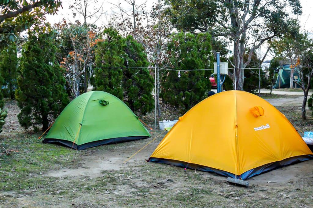 /ソロ用キャンプと家族用キャンプの2つを設営-1024x682