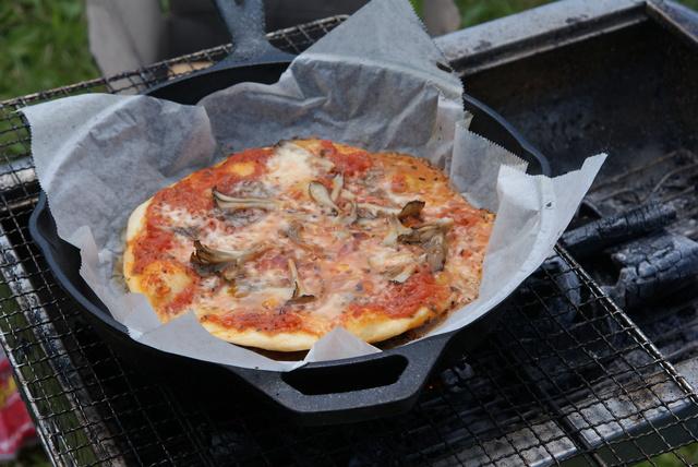 /ダッチオーブンでピザを作る