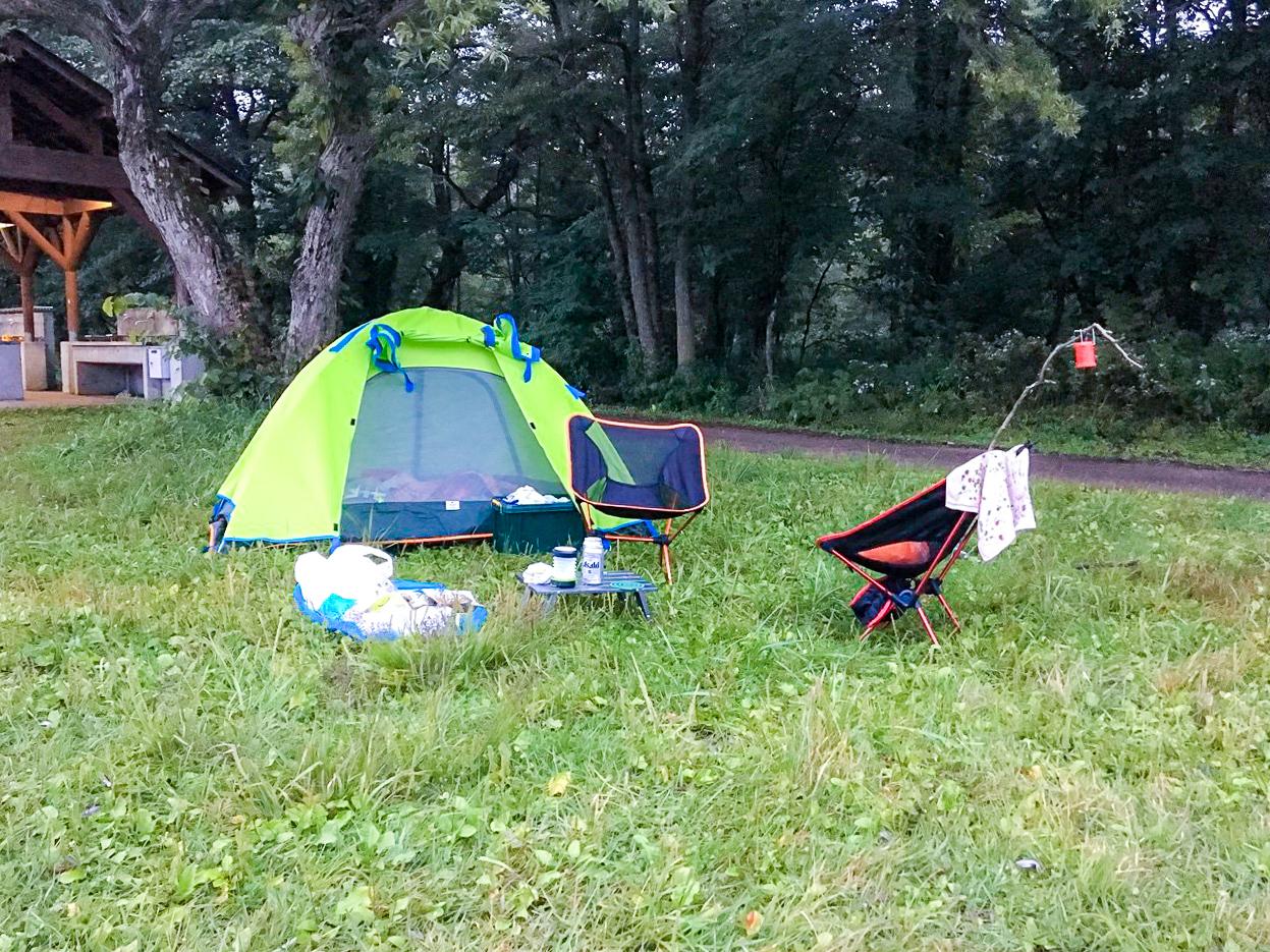 /テントの前にアウトドアチェアを並べてレイアウト完成