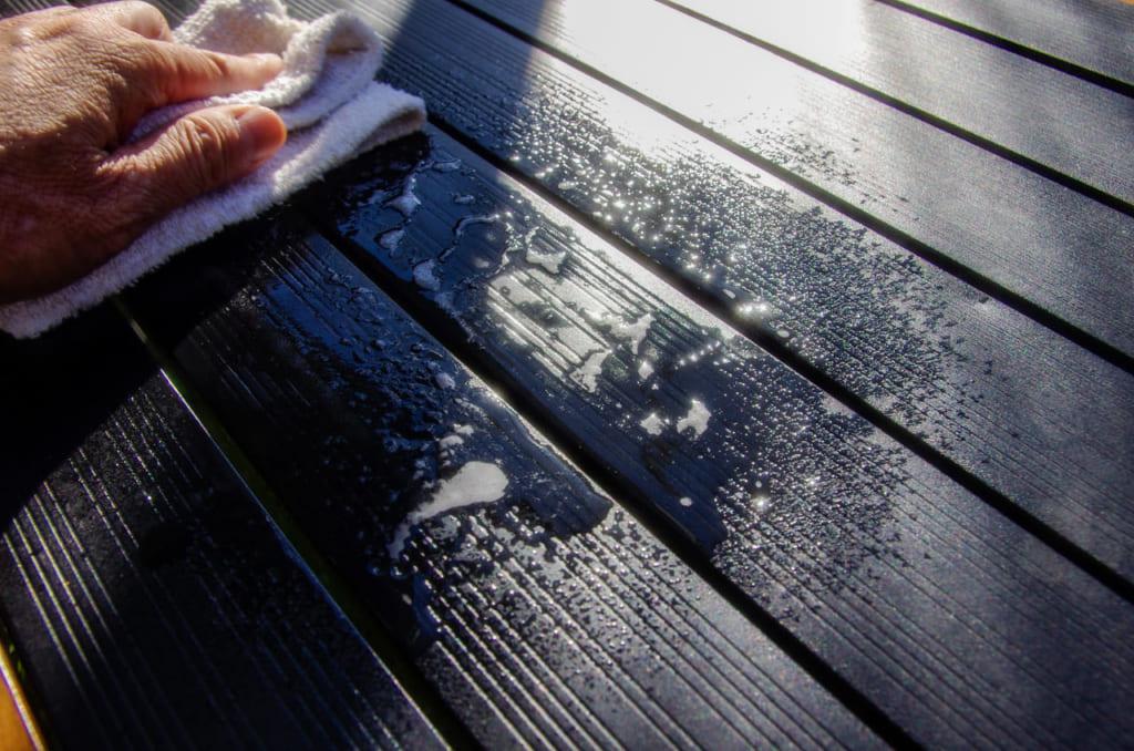 テーブルに「エコキッチンクリーナー」を拭きかけて