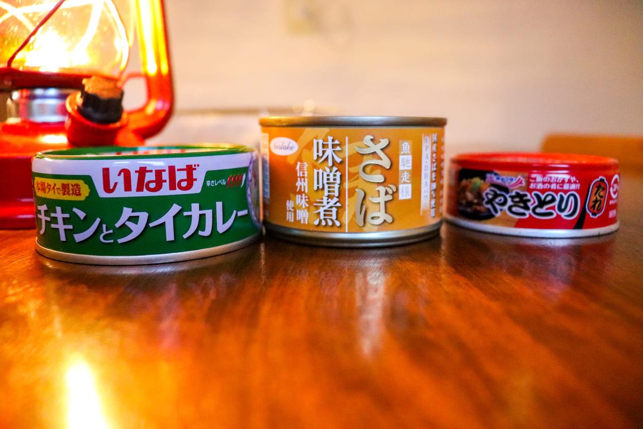 /テーブルに並べられた缶詰