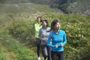 トレイルランを楽しむ女性3人組