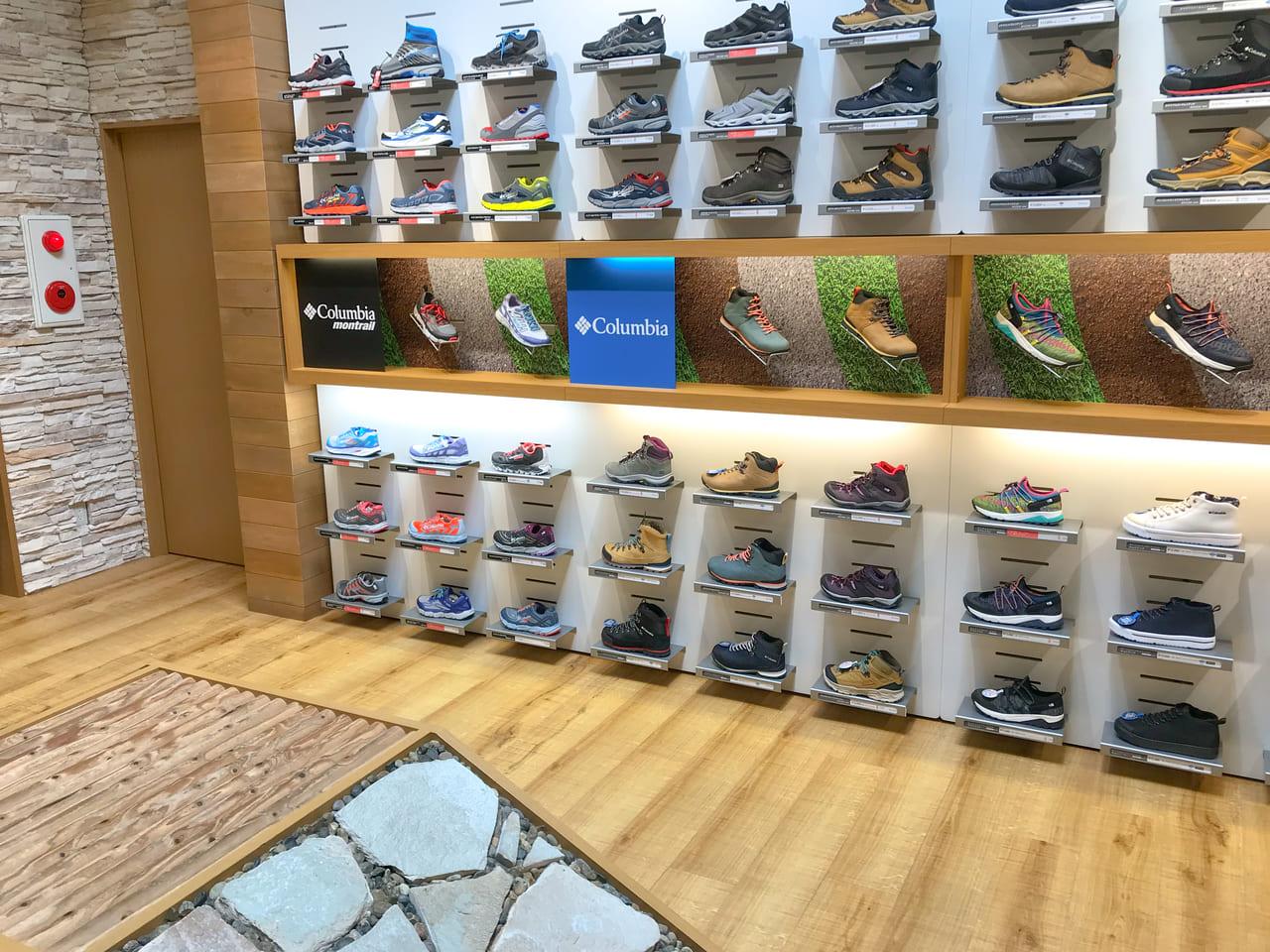 /トレイル用シューズや登山用ブーツ等が展示されている