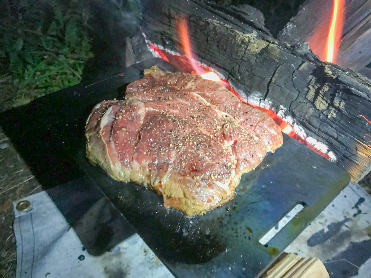 /ドッペルギャンガーBBQグリルプレートでステーキを焼く