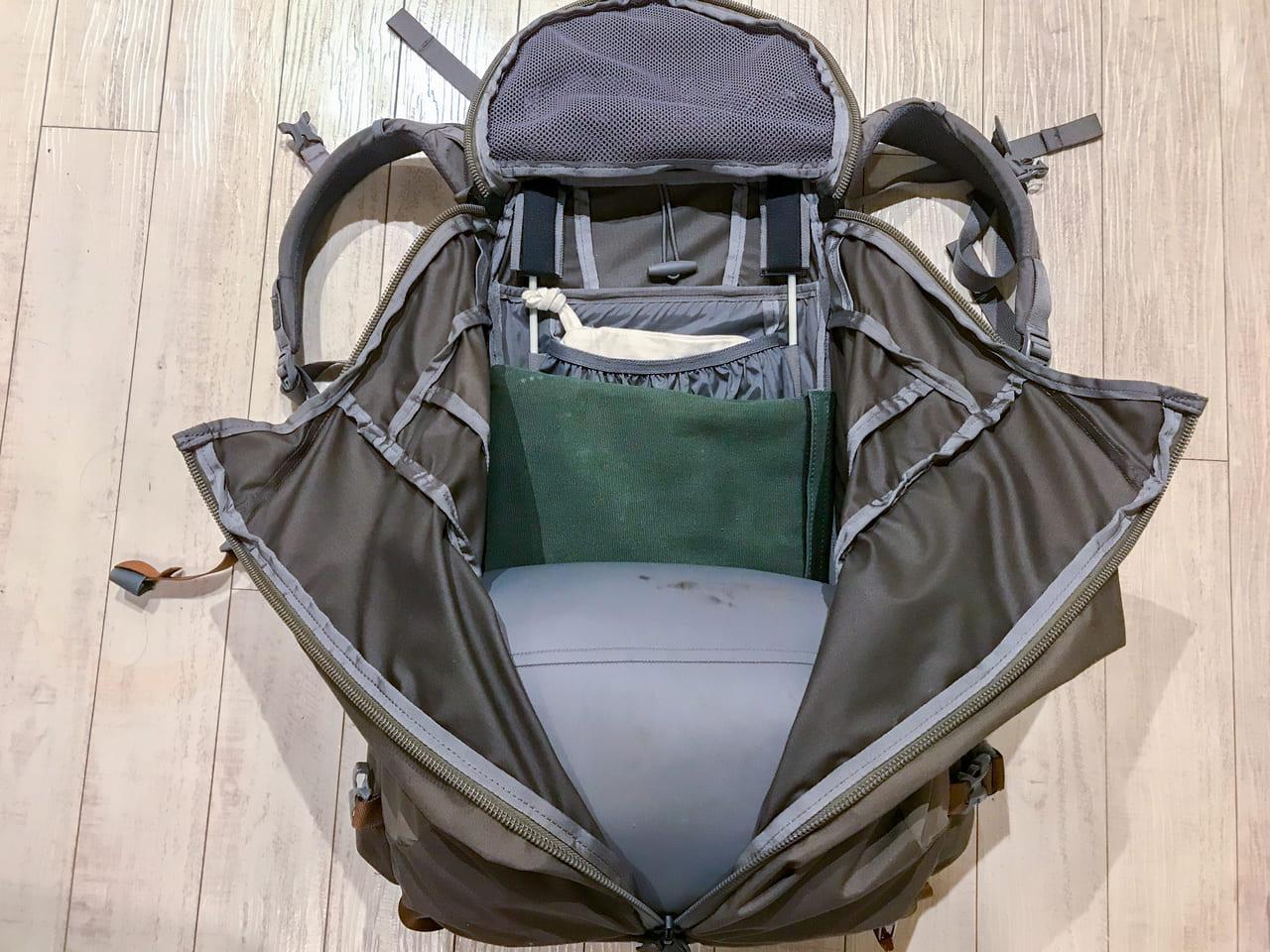 /バックパックの詰め方の基本は背中側に重量のあるものを配置する