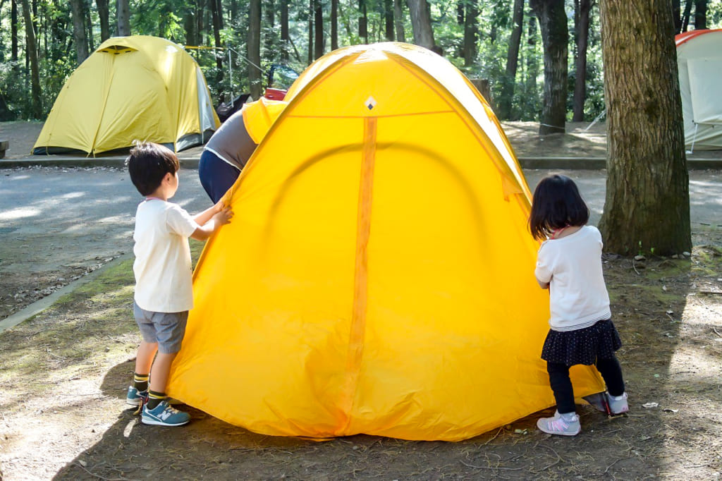 パパと一緒にテントを設営している子供達-1024x682