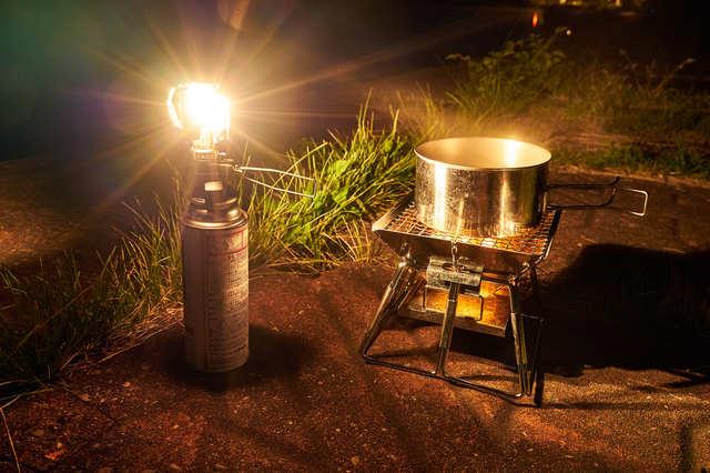 /ランタンの明かりと焚き火台