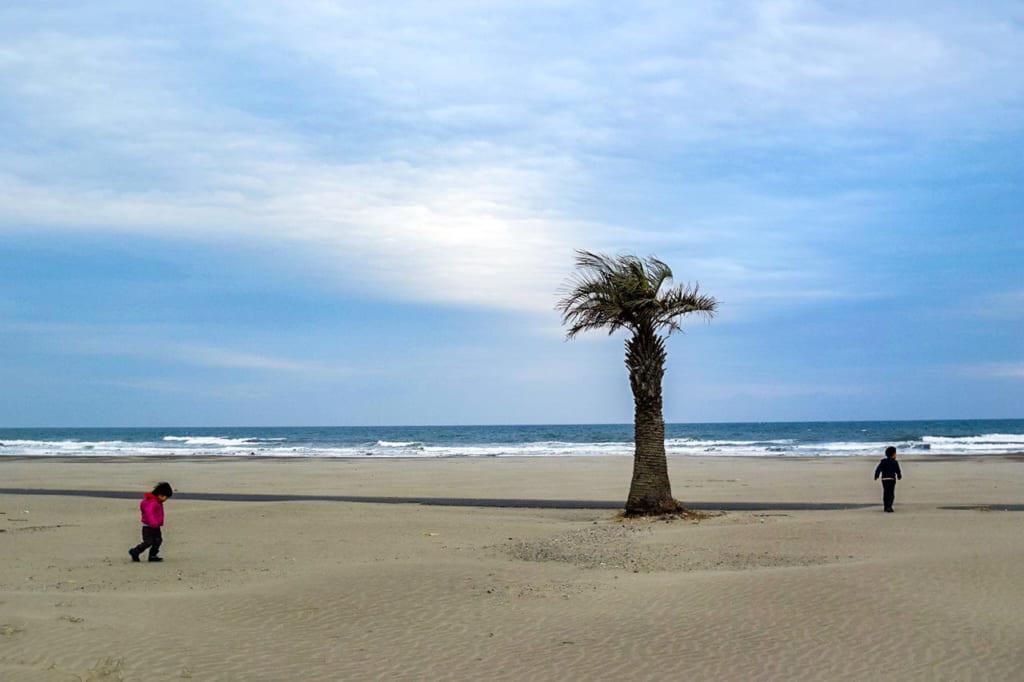 /九十九里浜で遊ぶ2人の子供-1024x682