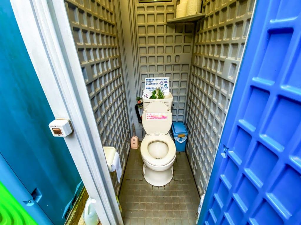/仮設トイレの個室便器-1024x768