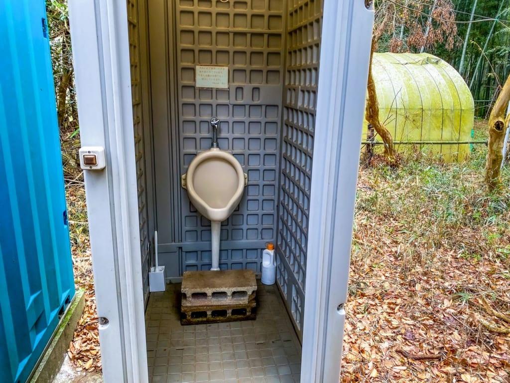 /仮設トイレの男性用小便器-1024x768