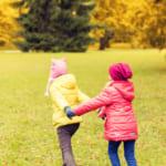 可愛い子供服を着て外で遊ぶ子供