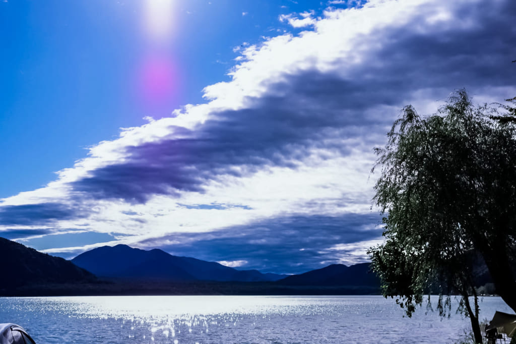 /夕日が美しすぎる湖畔ビュー!西湖が最高な「西湖・湖畔キャンプ場」-1024x682