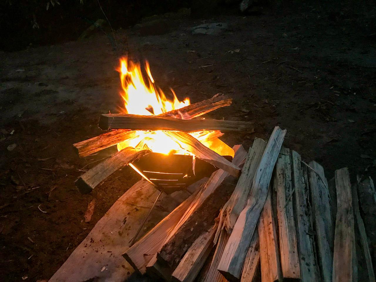 /夜の焚き火で身も心も癒される
