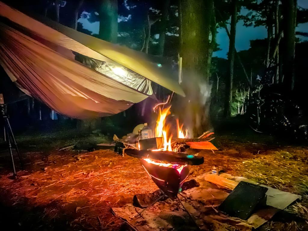 /夜の焚き火とハンモック-1024x768