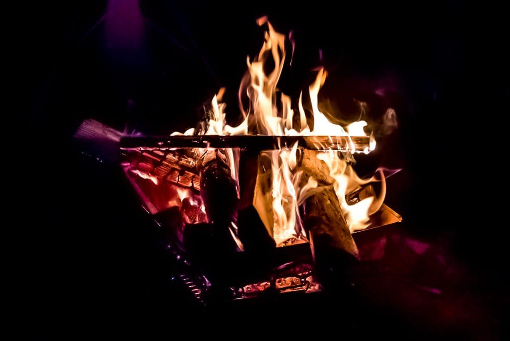 /夜の焚き火-1024x686