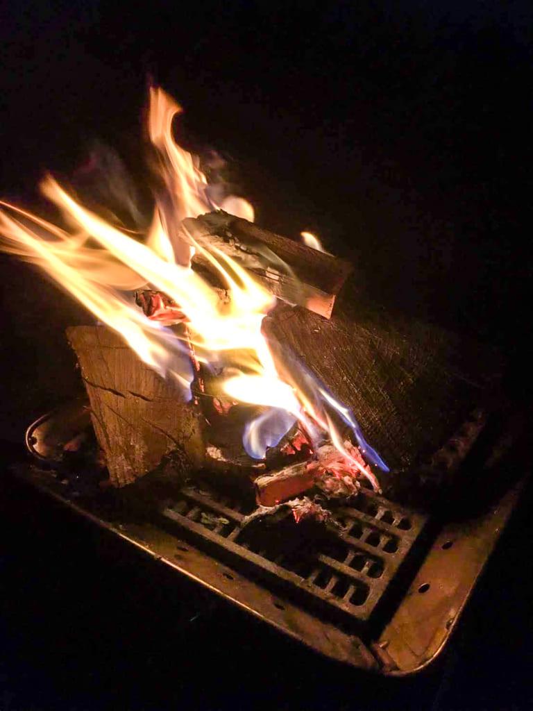 夜は焚き火を楽しむ-768x1024