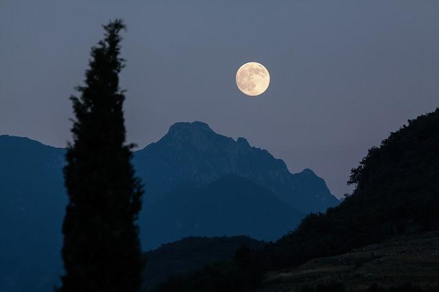 /夜空に浮かぶ月