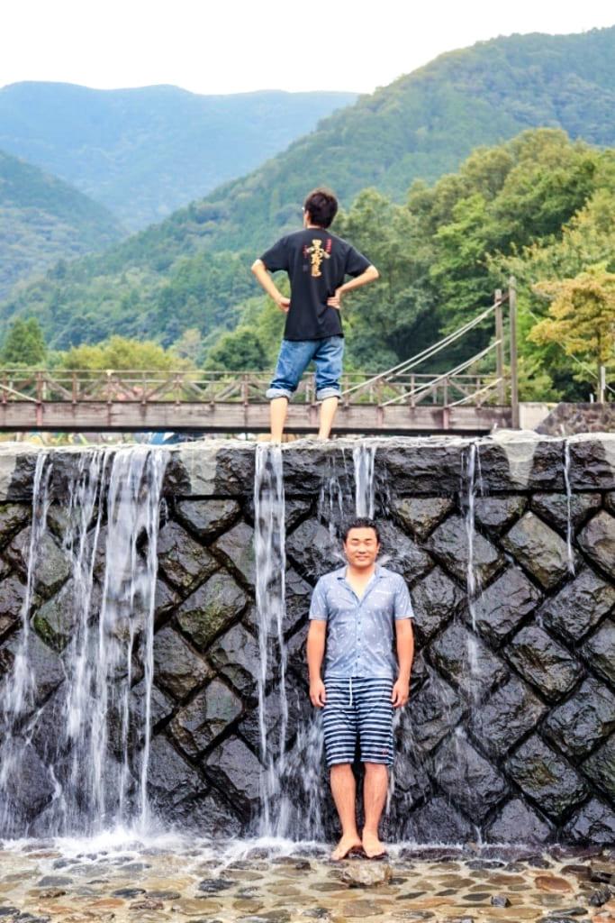 /大津谷公園キャンプ場で滝に打たれる-683x1024