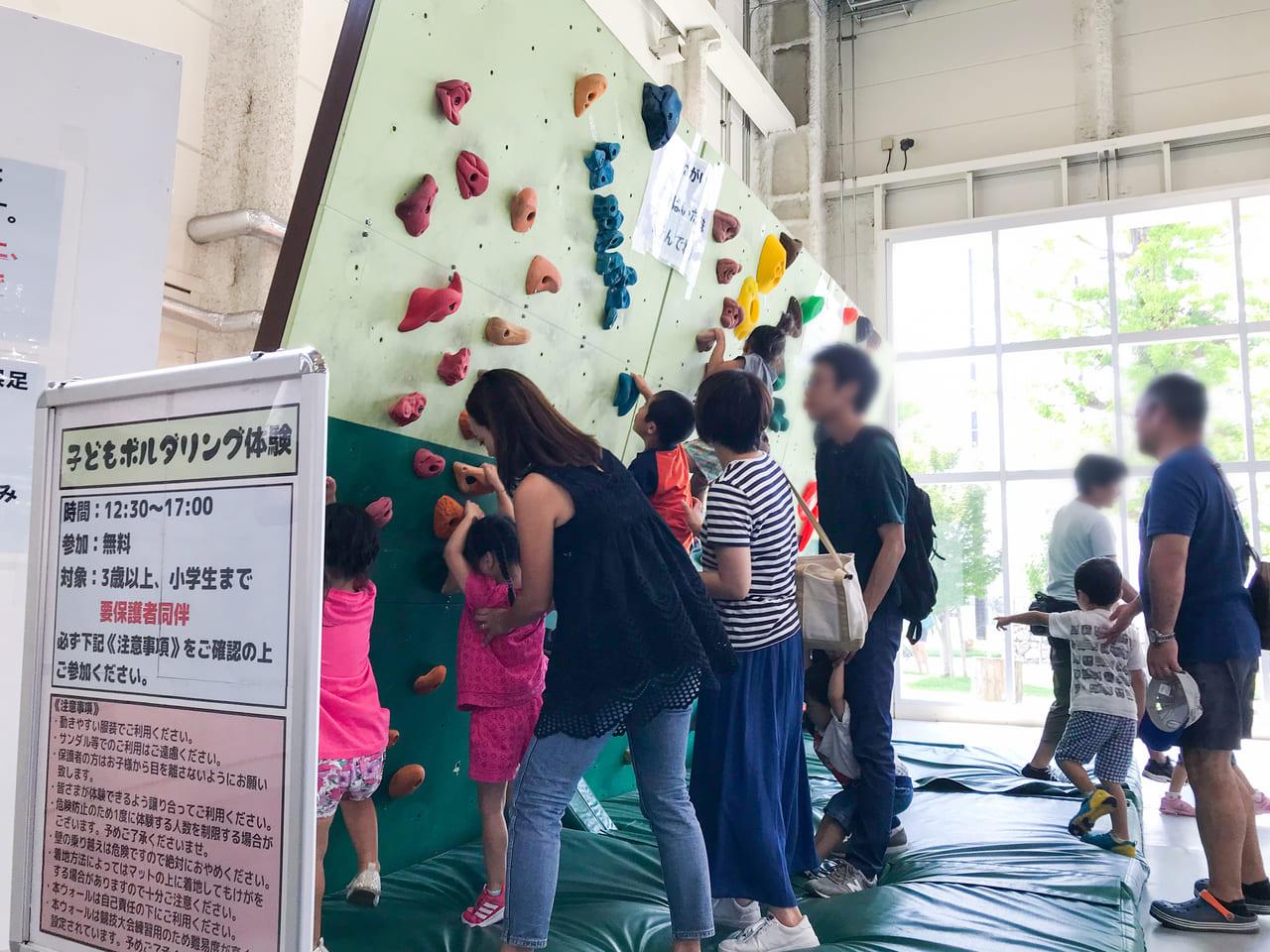 /子どもボルダリング体験を遊んでいる人達