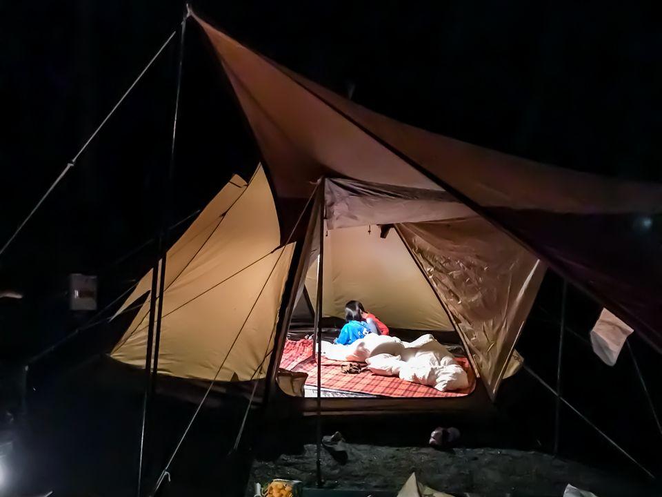 /子供はテント内でゲーム