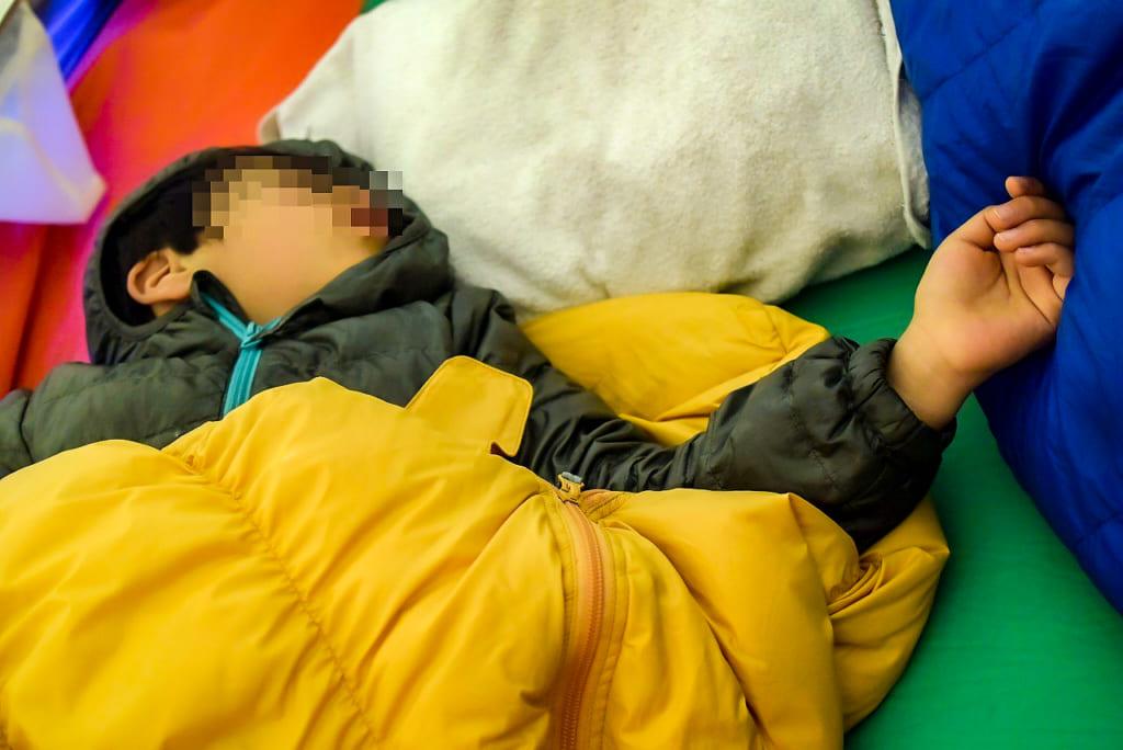 寝袋から出てきてしまう子供-1024x684