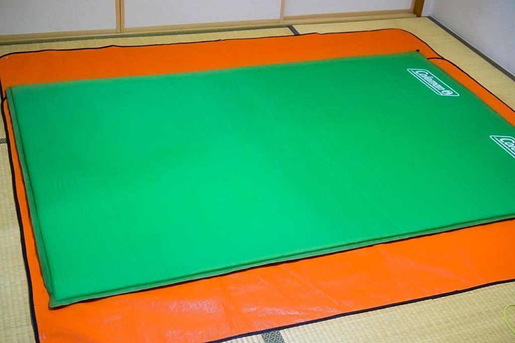 寝袋の下に敷いたマット-1024x682