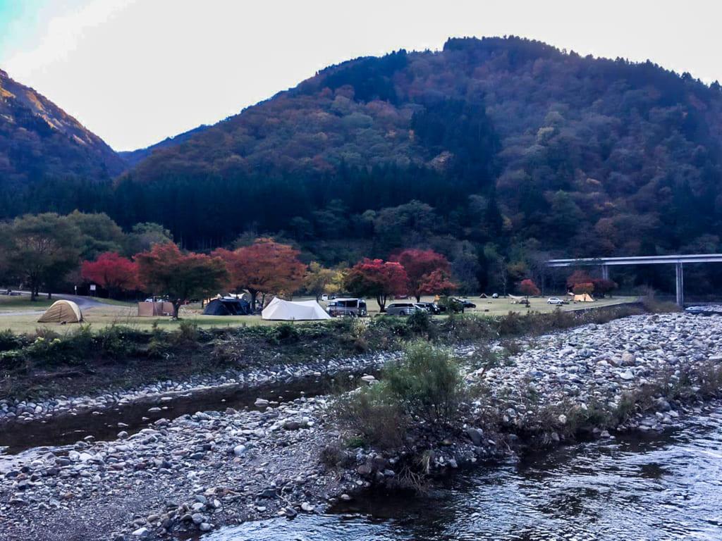 川の対岸から麻那姫湖青少年旅行村を見た図-1024x768