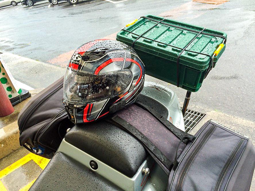 /急な雨に降られてびしょ濡れのヘルメット