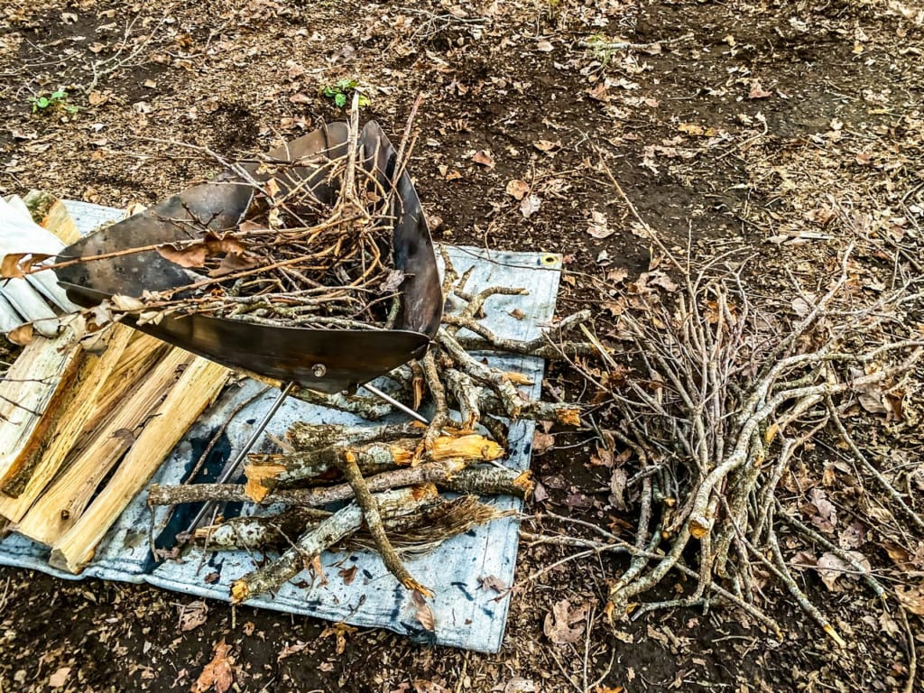 /拾ってきた枯れ枝を焚き付けにする-1024x768