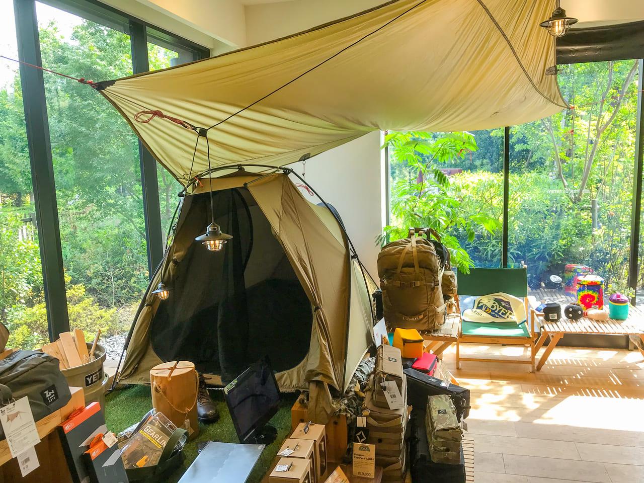 /日当たりの良い場所にソロ用展示テントが飾られている