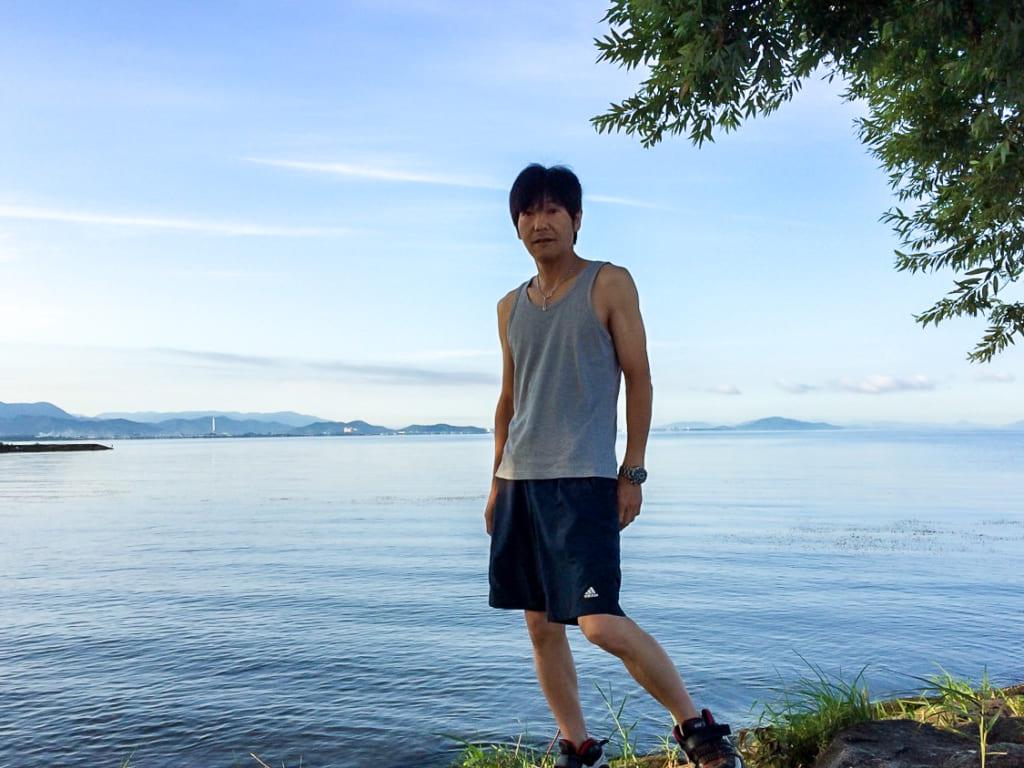 /朝の琵琶湖を散策する筆者-1024x768