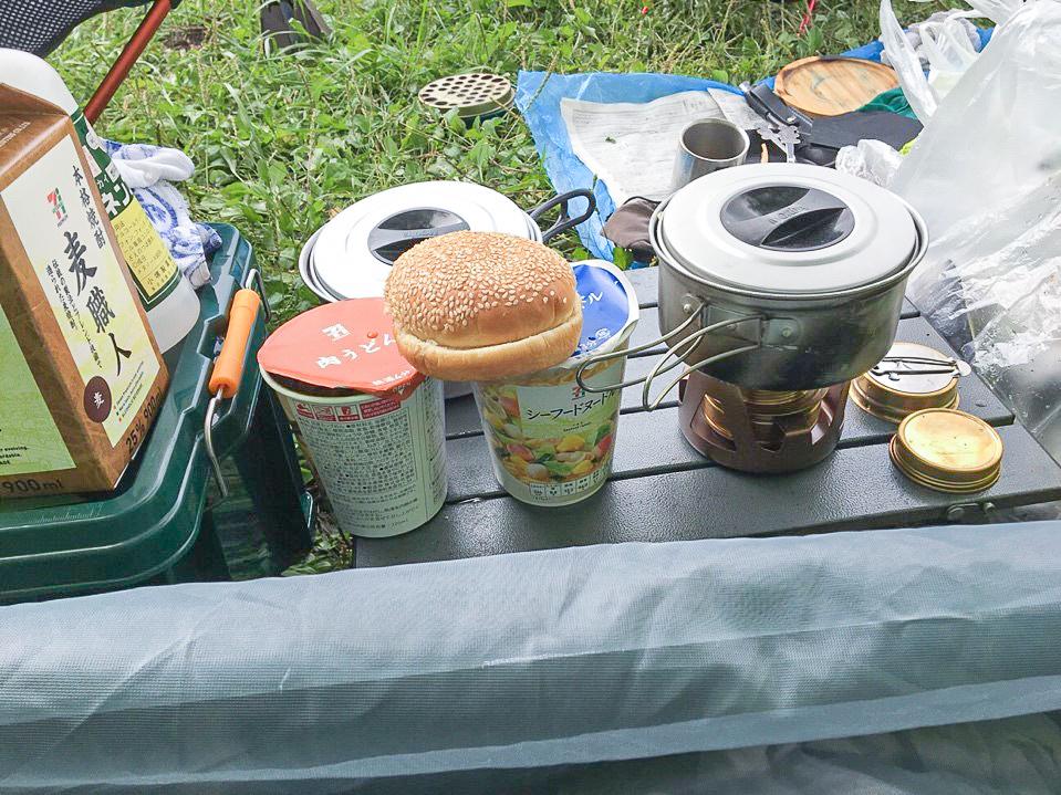 /朝食のカップ麺とポテトサラダサンド