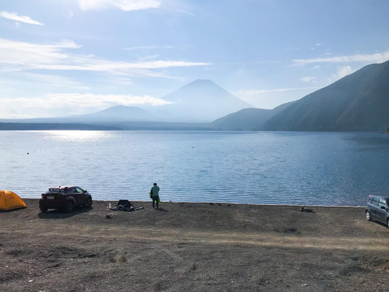 /本栖湖と富士山がキレイに見えた朝の風景
