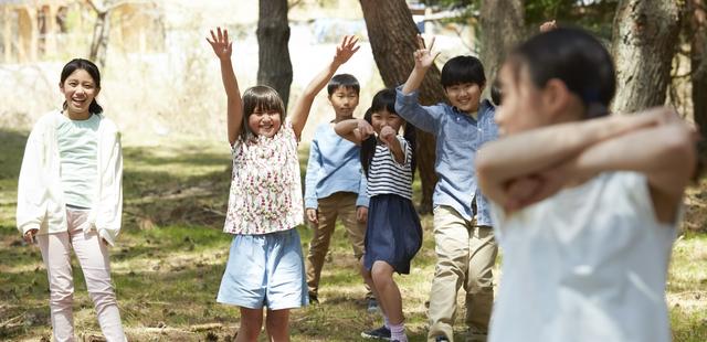 /林間学校で遊んでいる子供達