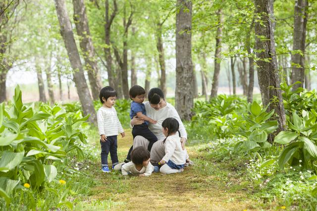 /森の中にいる大人と子供